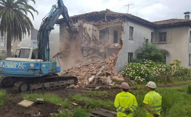Demolición de las emblemáticas Casas de los Ingenieros en Los Corrales