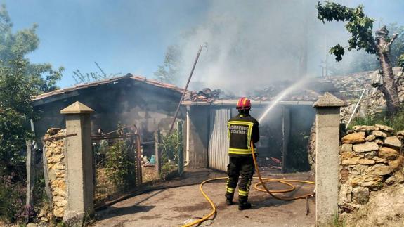 Extinguen un incendio en un garaje y un cenador en Villanueva