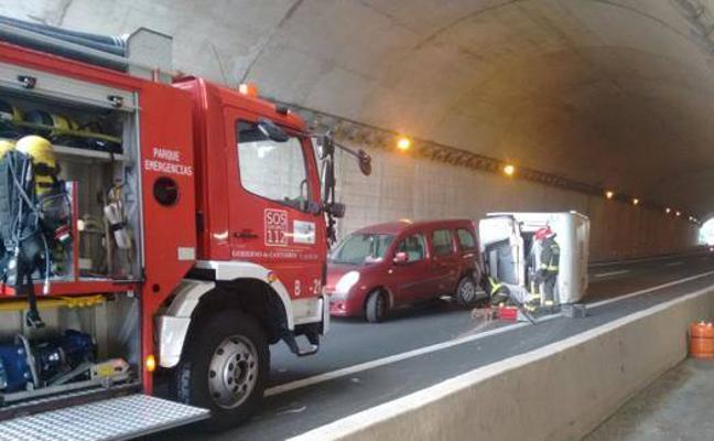 Tráfico poco fluido en la A-8, a la altura de Caviedes, tras volcar una caravana en el túnel
