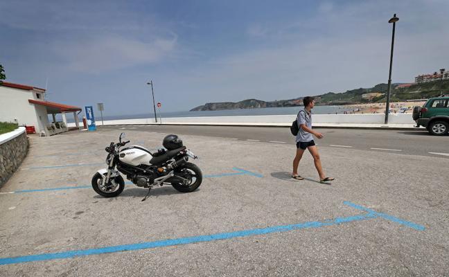 Comillas amplía la zona azul de aparcamientos en la zona de la playa