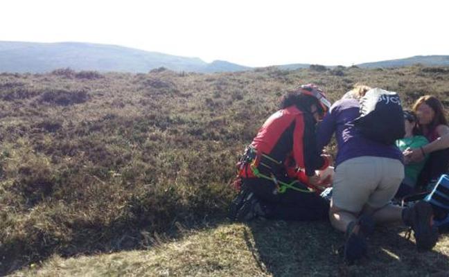 Rescatan en helicóptero a una senderista lesionada en un tobillo en el monte Colina
