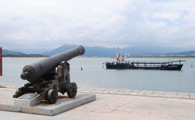La draga ya trabaja en la bahía de Santoña para extraer 5.000 metros cúbicos de arena