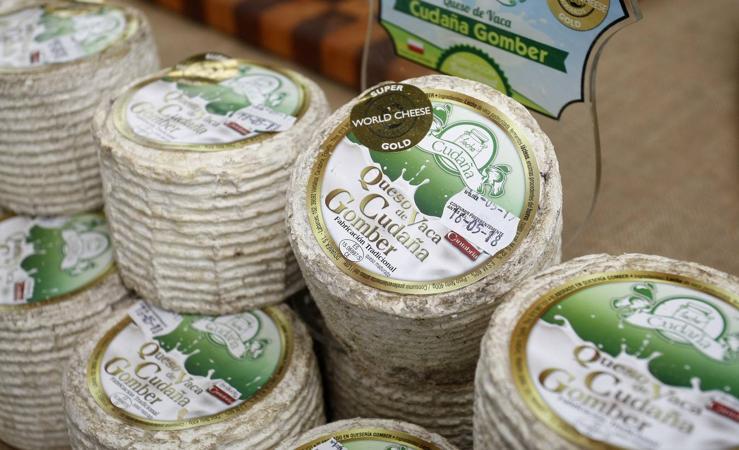 Feria de Productos Alimentarios, con venta de quesos y lácteos cántabros en el Mercado de Ganados de Torrelavega