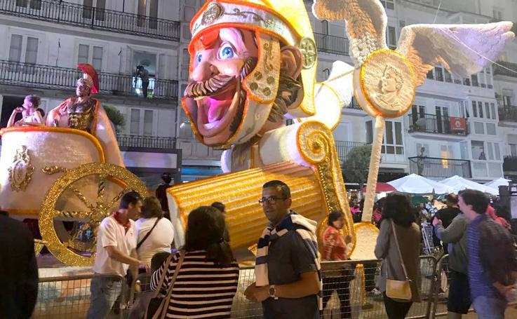 Desfile y entrega de premios, anoche en el Coso Blanco de Castro Urdiales