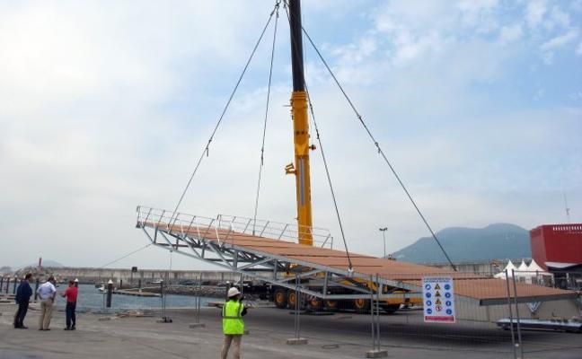 Obras Públicas instala una rampa para vela ligera en el puerto de Laredo
