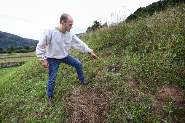 Javier Gómez señala el nido, que se encontraba en el suelo de una de las fincas de Ucieda, en el municipio de Ruente. :: JAVIER ROSENDO