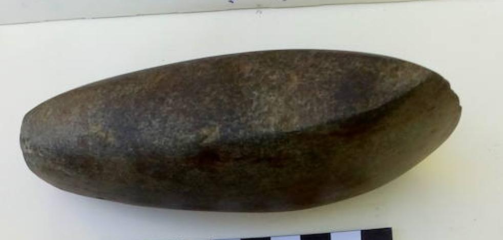 Hallan en Valderredible un hacha que podría pertenecer al Neolítico