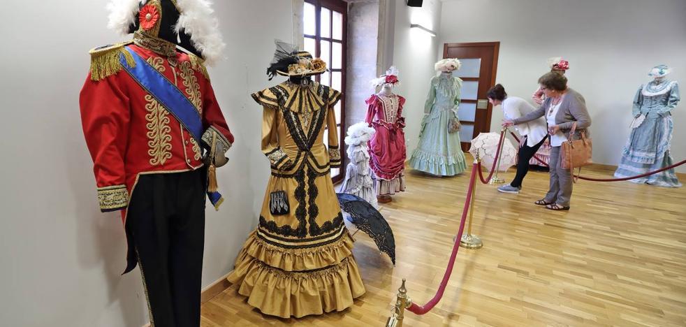 Trajes, arte y guitarra en el centro cultural en el mes de julio