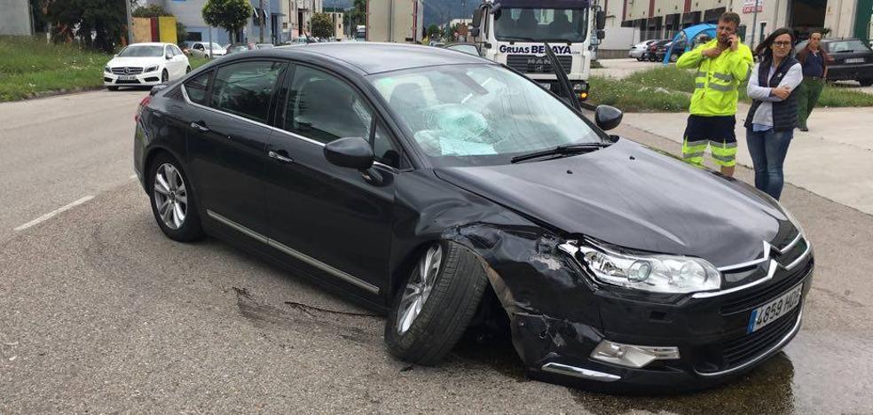 Un herido leve en un accidente de tráfico en el polígono de Barros
