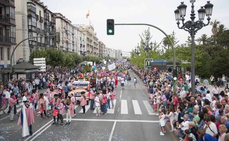 Desfile previo al chupinazo de las fiestas de Santander