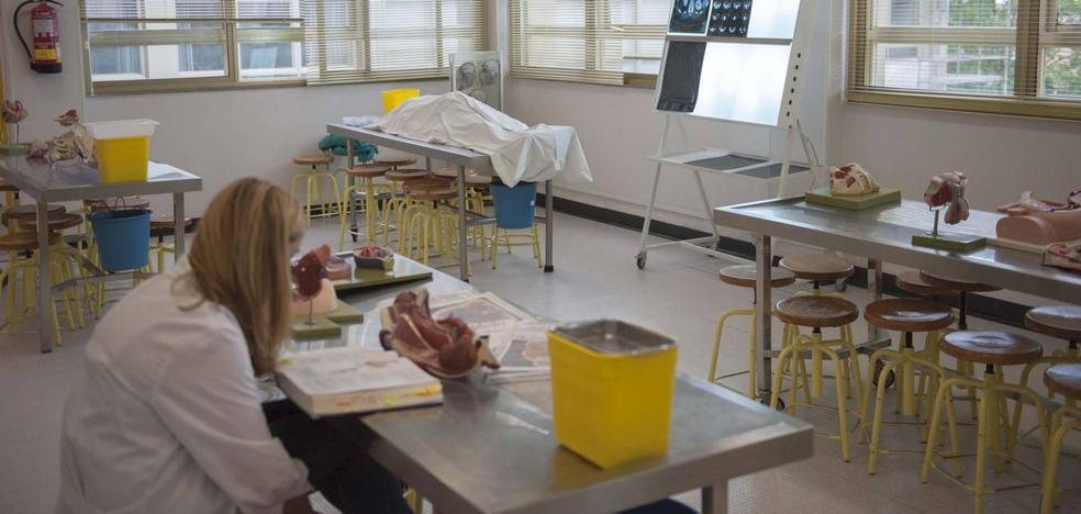 La demanda de plazas para Medicina en la Universidad de Cantabria cae un 16%