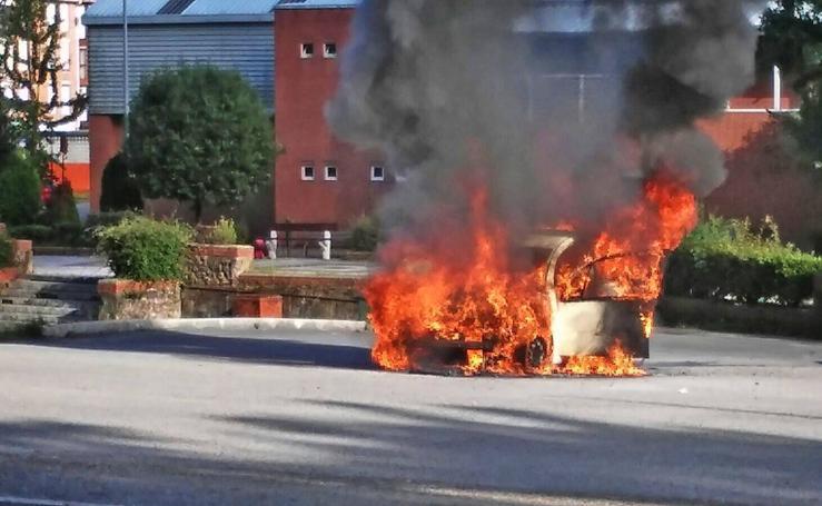 Arde un coche frente a Textil Santanderina
