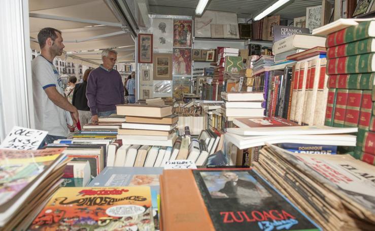 La Feria del Libro Viejo de Santander celebra en la plaza de las Farolas su cita clásica del verano cultural