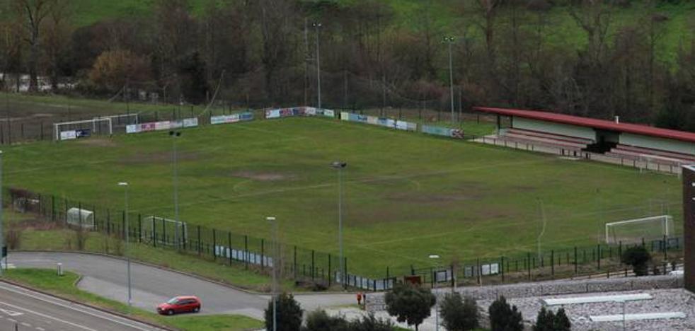 El alcalde de Potes reclama a la Mancomunidad mejoras en el campo de fútbol de Sotama