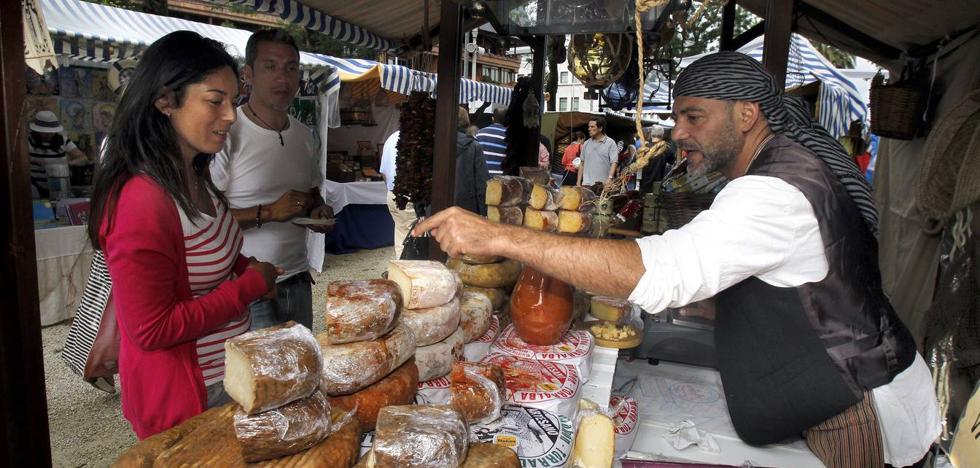 Más de 40 puestos participan en el Mercado Marinero de Suances
