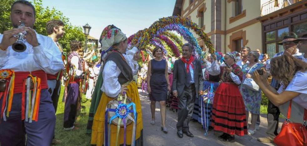Revilla pedirá a Rajoy el pago de la deuda en el Día de Cantabria