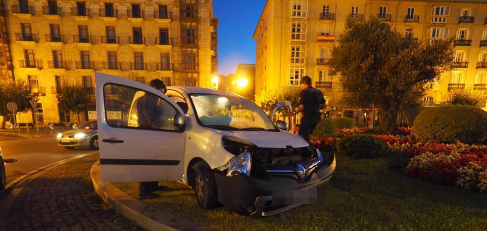 Un conductor que triplicaba la tasa de alcoholemia 'aparca' en la rotonda del Paseo Pereda