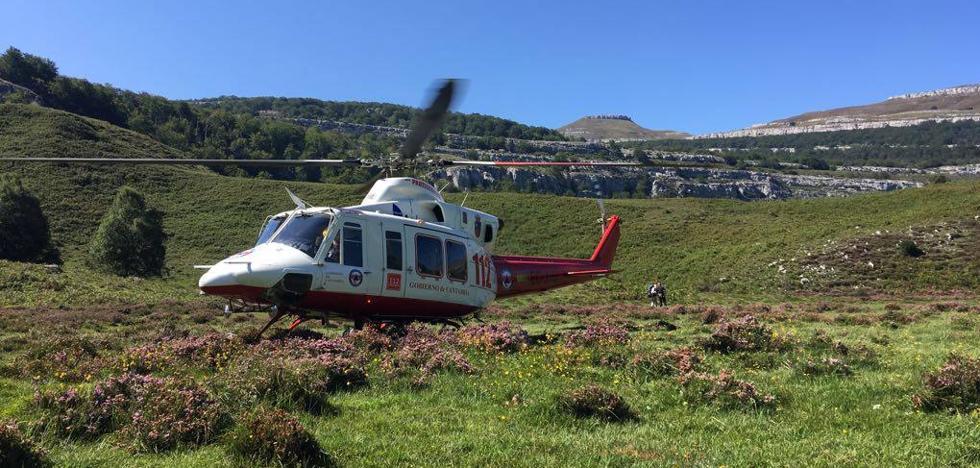 El helicóptero del Gobierno rescata a un senderista con lesión de rodilla en Los Collados del Asón