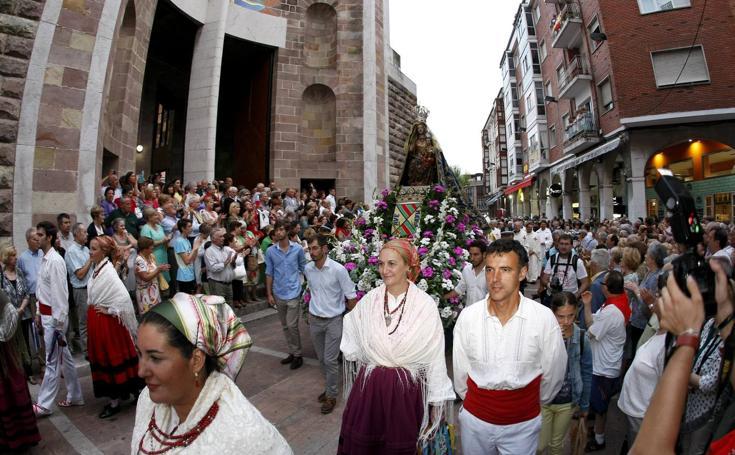 Fervor por la Virgen Grande en la procesión de Torrelavega