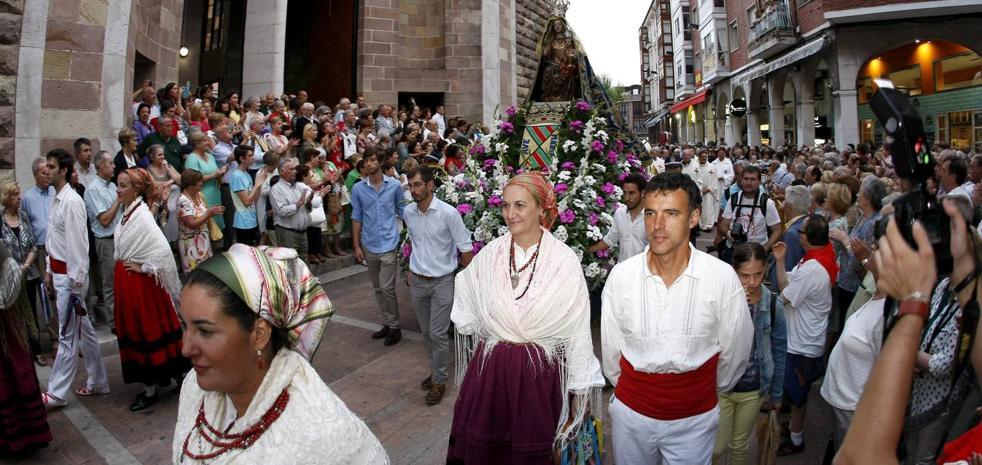 Miles de personas arropan a La Patrona