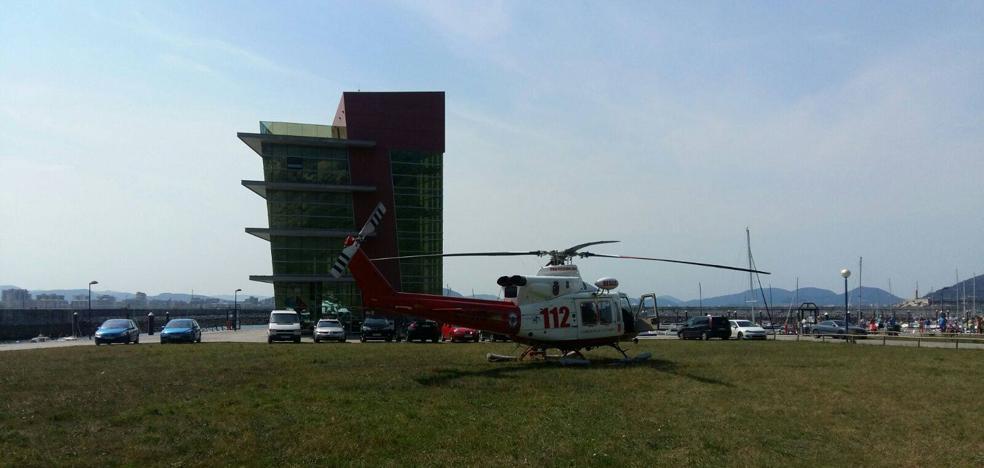 El helicóptero del 112 rescata a un joven en el Faro del Caballo