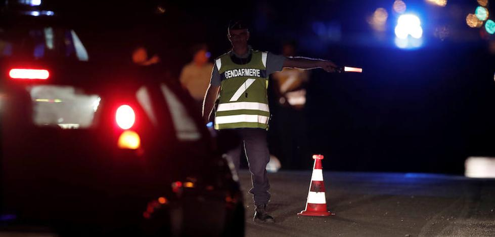 Una niña muere al empotrarse deliberadamente un coche en una pizzería cerca de París