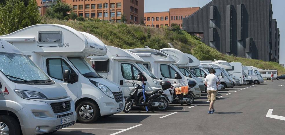 Las autocaravanas aparcan en la zona prohibida de La Ballena ante la saturación del área especial