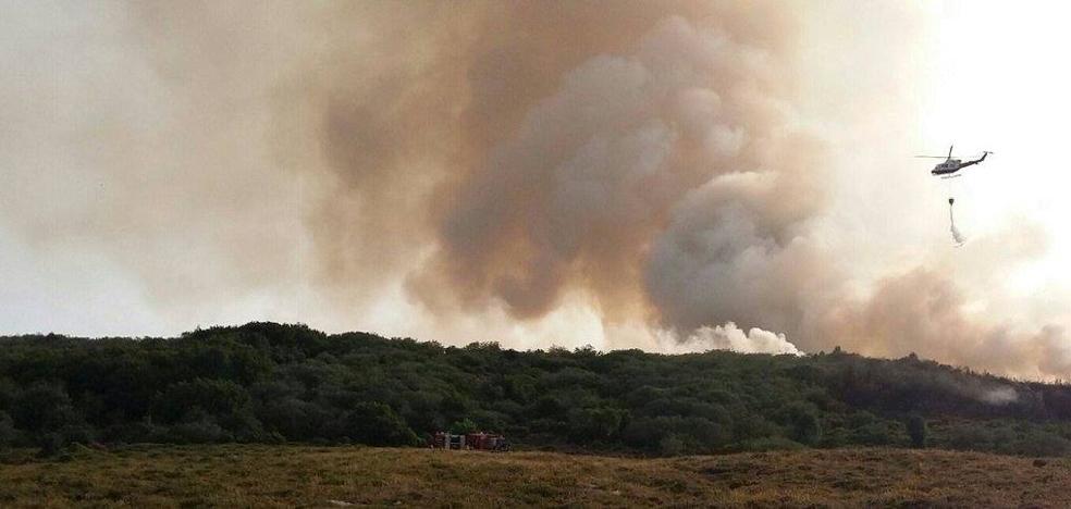 Un incendio en Campoo de Suso arrasa con 100 hectáreas de matorral