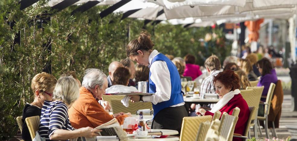 Los camareros cántabros cobran 300 euros menos al mes que los vascos