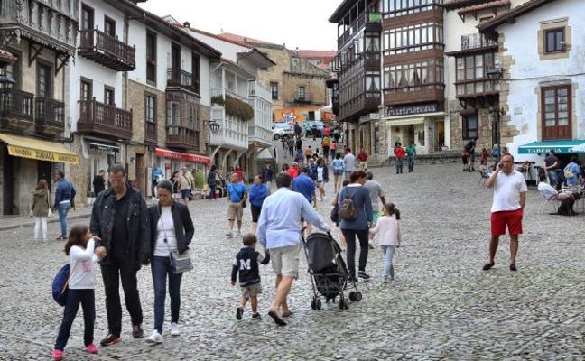 Obras Públicas renovará el entorno de la plaza de la iglesia de Comillas