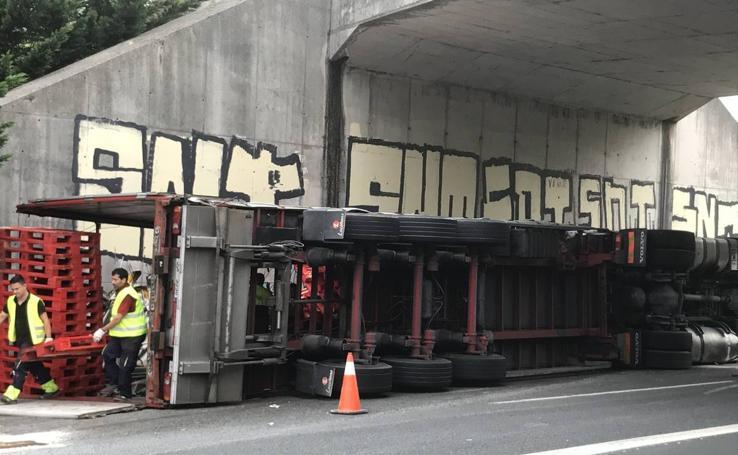 Camión volcado en la A-8