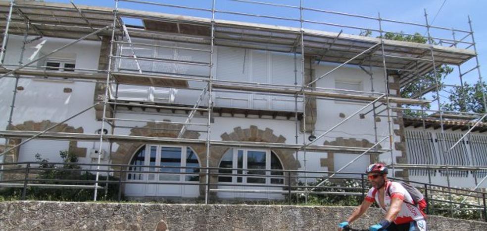 Obras Públicas rehabilita la cubierta de las antiguas escuelas de La Población