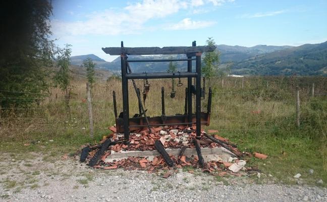 El restaurado potro ganadero de Molledo arde a pocas horas de su inauguración