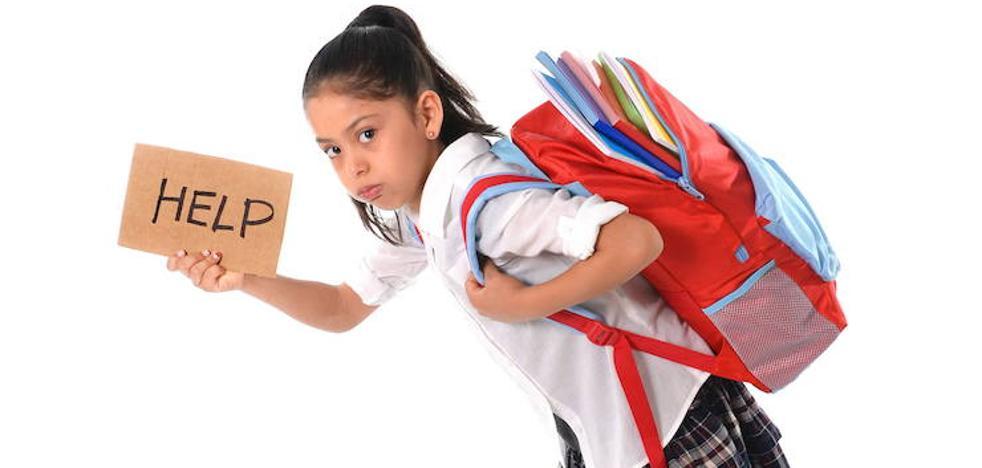 Expertos recomiendan que las mochilas no superen el 10% del peso de los niños