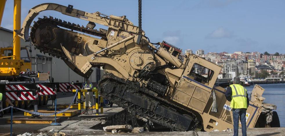 Rescatan con éxito la máquina hundida en el Muelle de Maliaño