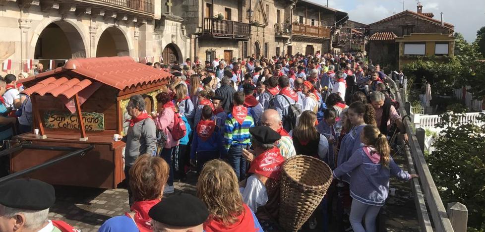 Decenas de romeros se calzan albarcas para rendir homenaje a San Cipriano