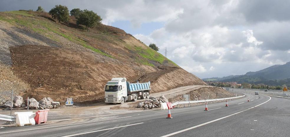 De la Serna firma la cesión al Ayuntamiento de Castañeda de dos tramos de la carretera N-634