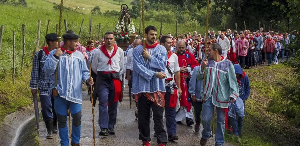 San Cipriano impone el folclore de la montaña a ritmo de pito y tambor
