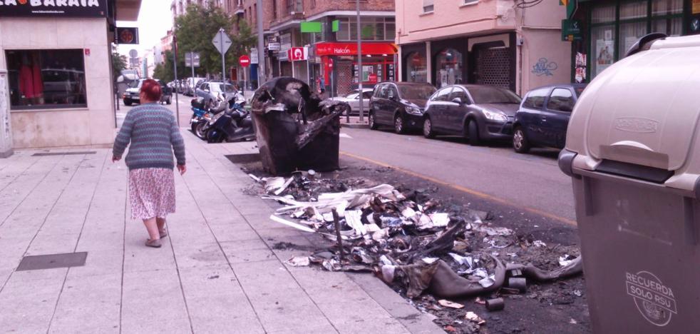 Arden de madrugada cinco contenedores en Floranes que afectan a tres coches y una vivienda