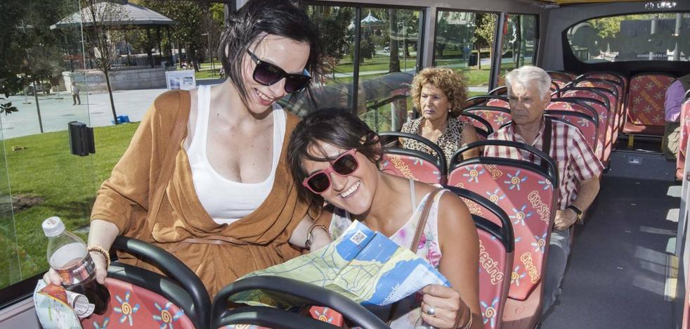 Las 'patadas' del bus turístico a la historia de Santander