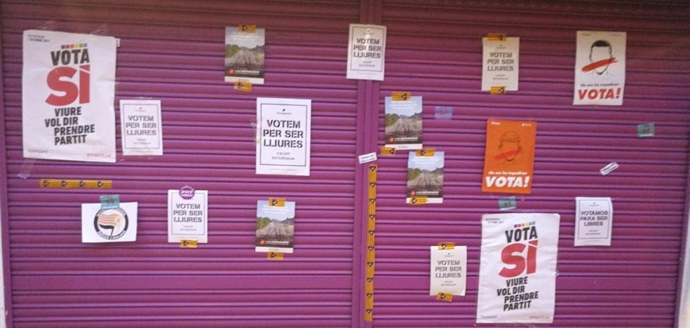 Llenan de pintadas y carteles el comercio de los padres de Albert Rivera en Granollers