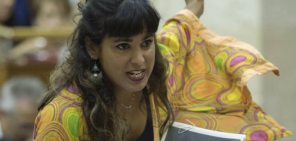 El empresario que simuló besar a Teresa Rodríguez dice que le hizo «una broma» porque «es de Cádiz»