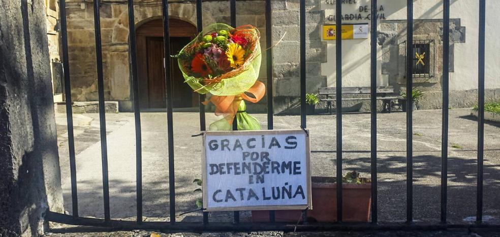 Ciudadanos anónimos dan las gracias a los policías cántabros enviados a Cataluña