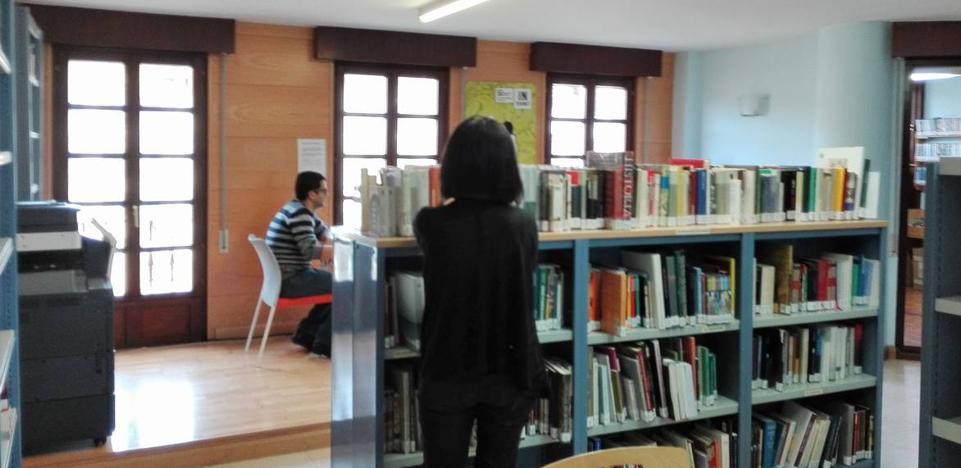 La Biblioteca de Cayón estrena curso cultural con el mago y cuentacuentos Julianini