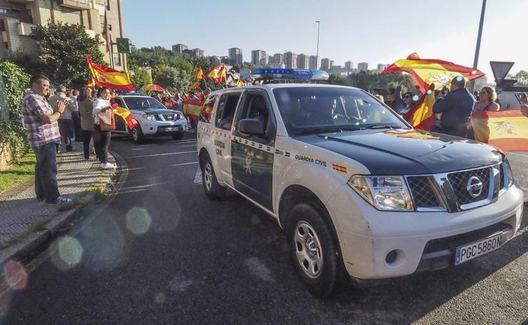 Miembros de la Guardia Civil en Cantabria, vitoreados en su salida hacia Cataluña