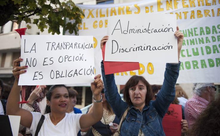 Protesta de las auxiliares de enfermería ante la sede del Gobierno regional