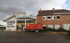 Enmedio se planta ante los edificios en ruina
