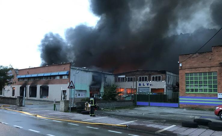 Espectacular incendio en Santiago de Cartes