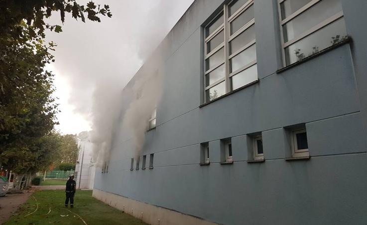 Los bomberos sofocan un incendio en la piscina de La Lechera, en Torrelavega
