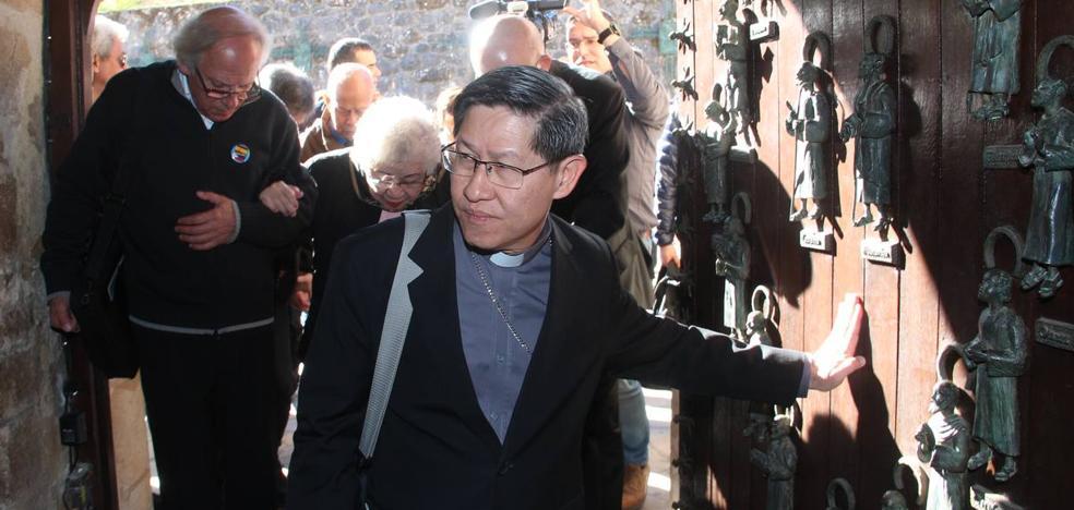 El arzobispo de Manila atraviesa la Puerta del Perdón